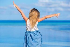 meisje geniet van een dag op het strand foto