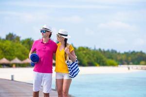 paar op strandsteiger ot een tropisch eiland foto