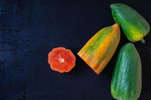 verse papaja op zwarte achtergrond foto