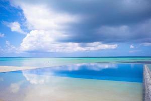 wolken boven een tropisch strand