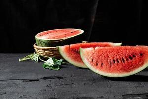gesneden rijpe watermeloen foto