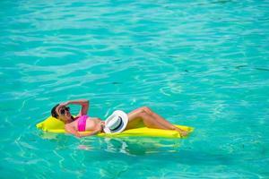 vrouw ontspannen op het oceaanwater