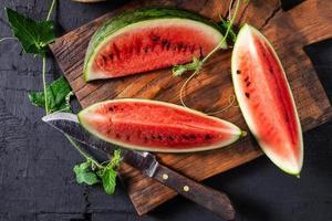 watermeloenplakken op de snijplank