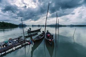 houten langstaartboten bij samchongtai foto