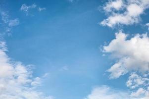 witte wolken op de blauwe hemel foto