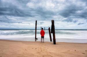 man die op het strand foto