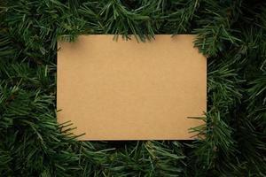 creatieve lay-out gemaakt van bladeren met ambachtelijk papier foto
