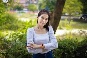 mooie Aziatische vrouw leeftijd 40 jaar oud met natuur achtergrond buitenshuis
