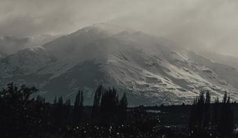 silhouet van bomen in de buurt van de berg overdag