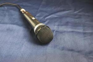 microfoon op een glanzende doek foto