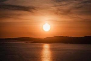 een gigantische zon boven de spaanse kust