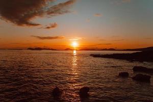 kleurrijke zon over de eilanden
