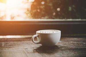 een kopje koffie op houten tafel foto