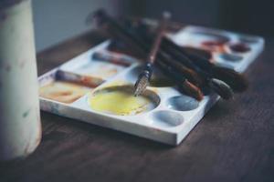 hoekmening van verfborstels die op palet liggen foto