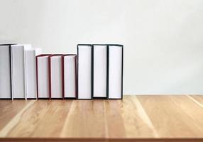 boeken op een houten tafel foto