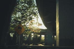 zonneschijn tussen viaducten