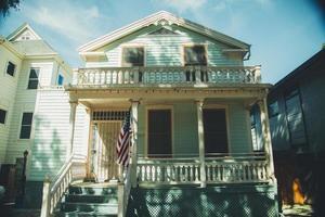 Sacramento, Californië, 2020 - Groen huis met een Amerikaanse vlag