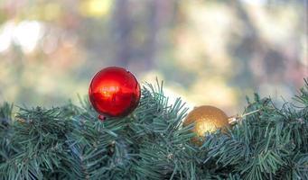 kerst ornamenten met wazig bokeh licht