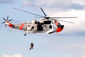 reddingshelikopter van de koninklijke noorse luchtmacht tijdens de vlucht