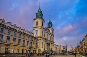 Warschau, Polen 2012- toeristen lopen in de buurt van een stedelijke architectonische kathedraal