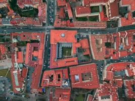 luchtfotografie van rode daken overdag