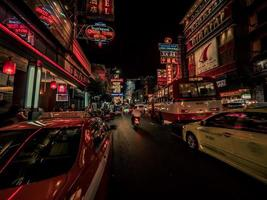 verkeer 's nachts foto