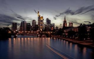 Frankfurt skyline bij zonsondergang