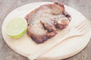 varkensvlees steak met limoen op een bord foto