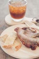 varkensvlees en spaanders op een plaat foto