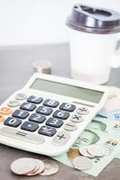 rekenmachine en geld op een grijze achtergrond foto