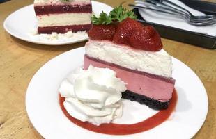 aardbeienkaastaart met slagroom