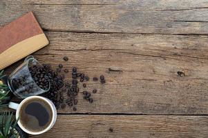 houten bureau met koffiebonen en notitieboekje