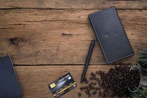notebook en koffie op houten tafel, bovenaanzicht foto