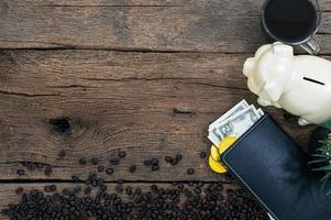 koffie en geld op houten achtergrond, bovenaanzicht foto
