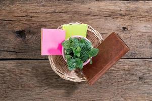 houten bureau met notitieboekje en bloem foto