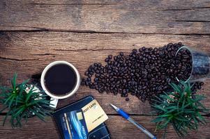 koffie, bloemen en creditcards op houten achtergrond foto