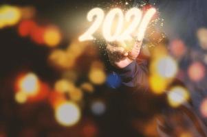 menselijke hand en 2021-teken voor het nieuwe jaar foto