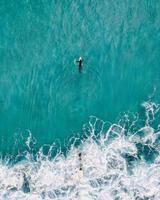 persoon op witte surfplank