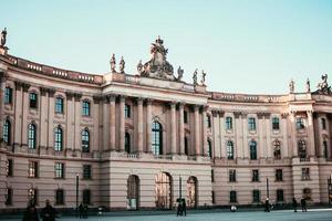 berlijn, duitsland 2019- voetgangers lopen over de campus van de humboldt-universiteit in berlijn