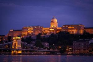 het koninklijk paleis in Boedapest 's nachts