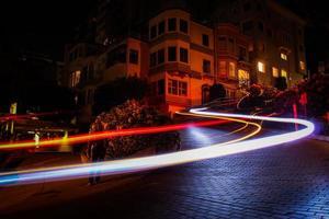 San Francisco, Californië, 2020 - time-lapse van autolichten in een straat
