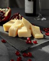 gesneden kaas op leisteen