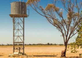 watertoren geplaatst in een veld