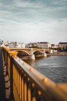 bruine betonnen brug