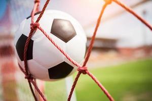 voetbal zweeft in het doelnet foto