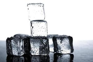 ijsblokjes met waterdruppels foto