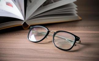 glazen op een houten tafel met boeken