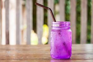 paarse pot op een houten tafel