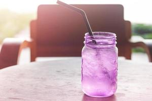 violet glas in een coffeeshop