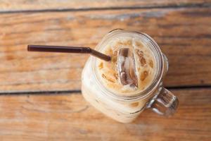 bovenaanzicht van ijskoffie in een glazen pot foto